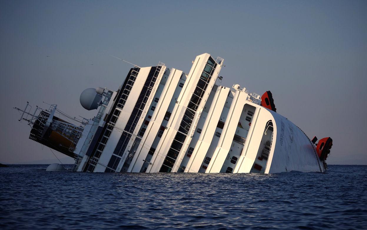 Conseguido. Apoteósico. El Costa Concordia recupera su verticalidad.